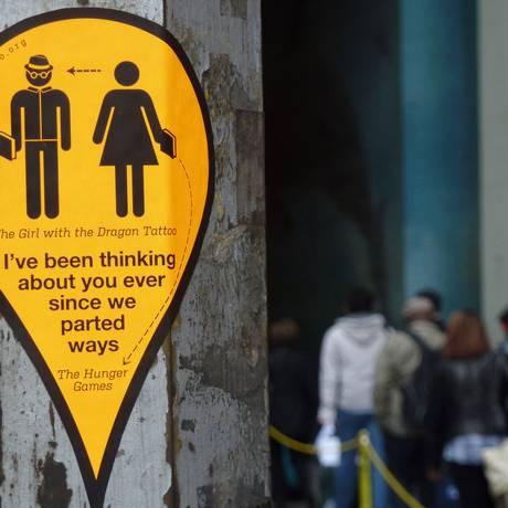 Encontros e desencontros. As etiquetas em forma de balão, simulando as marcações do Google Maps, coladas em lugares públicos (por enquanto, só nos EUA): correio amoroso atualizado Foto: Divulgação