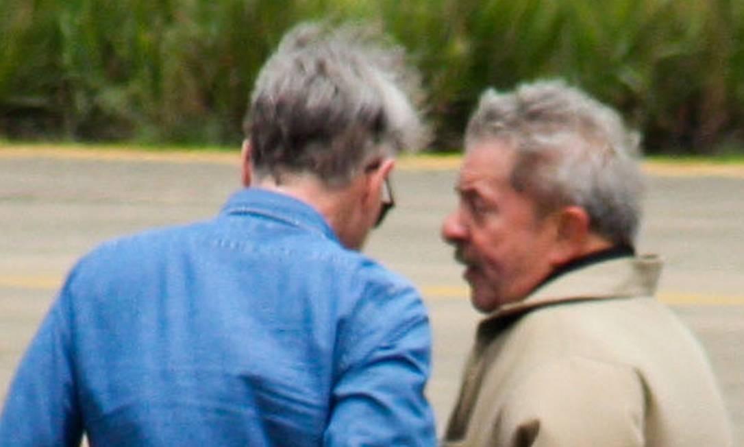 Lula (à direita) conversa com Eike na pista do aeroporto de Campos Foto: Site Ururau