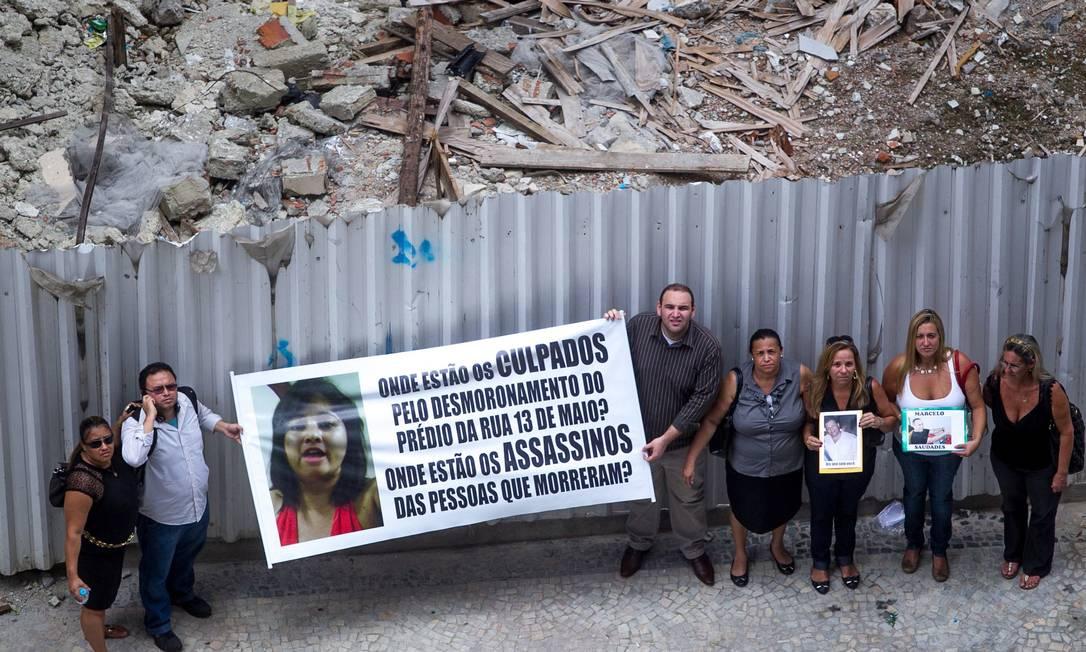 Parentes de vítimas do desabamento de edifício no Centro fazem manifestação um ano paós a tragédia Foto: Pedro Kirilos / O Globo