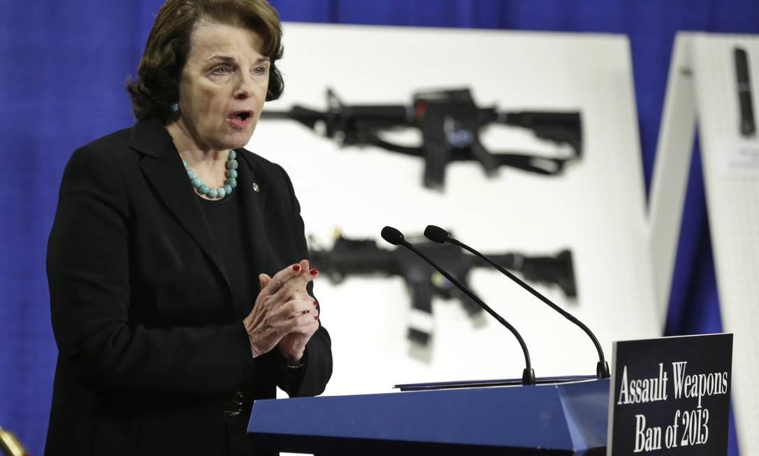 Senadora Dianne Feinstein apresenta projeto para o controle de armas nos Estados Unidos Foto: Manuel Balce Ceneta / AP