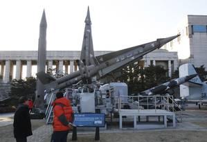 Visitantes de museu em Seul observam modelos de mísseis norte-coreanos Foto: Ahn Young-joon / AP
