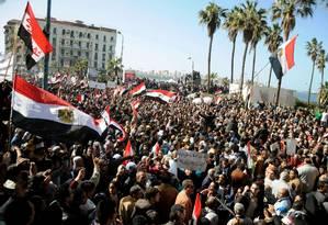 Manifestantes por todo o Egito se reúnem no segundo aniversário do início das manifestações da Primavera Árabe em protesto contra o atual governo Foto: - / AFP