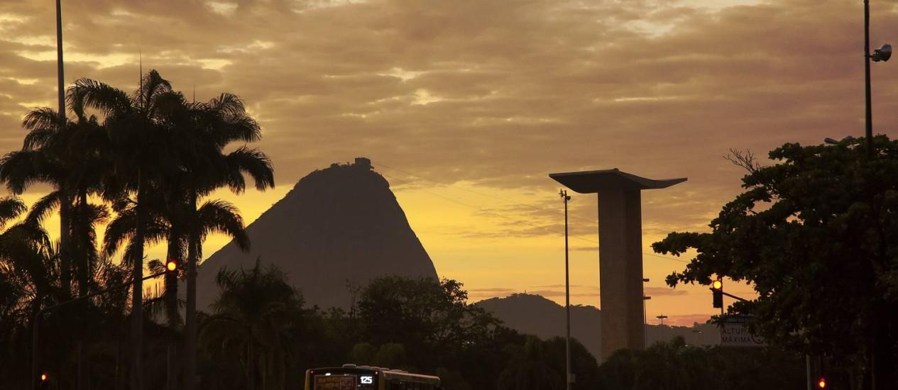 Amanhecer da sexta-feira visto da Avenida Rio Branco, no Centro Foto: Fernando Quevedo / O Globo