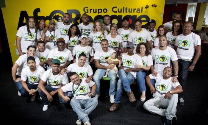 Funcionários do AfroReggae comemoram os 20 anos de existência do grupo Guito Moreto / O Globo