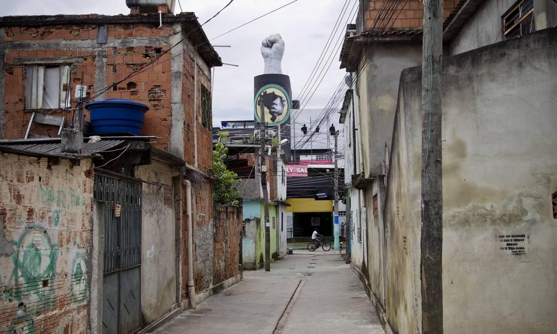 Ao fundo, com o punho cerrado, o Centro Cultural Waly Salomão, inaugurado em 2010, em Vigário Geral Guito Moreto / O Globo