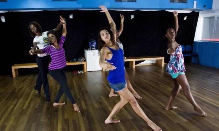 Ao todo, cerca de 500 crianças e jovens são atendidos no espaço; na foto, meninas em aula de dança Guito Moreto / Agência O Globo