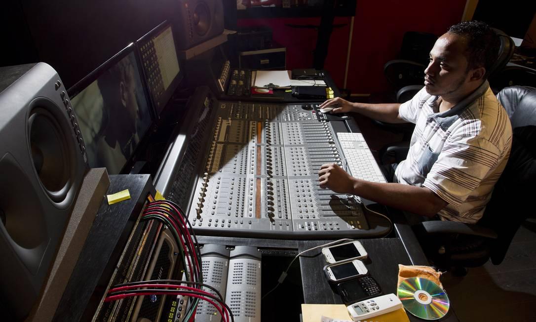 Centro cultural tem até estúdio, onde é possível produzir um CD profissional Guito Moreto / O Globo