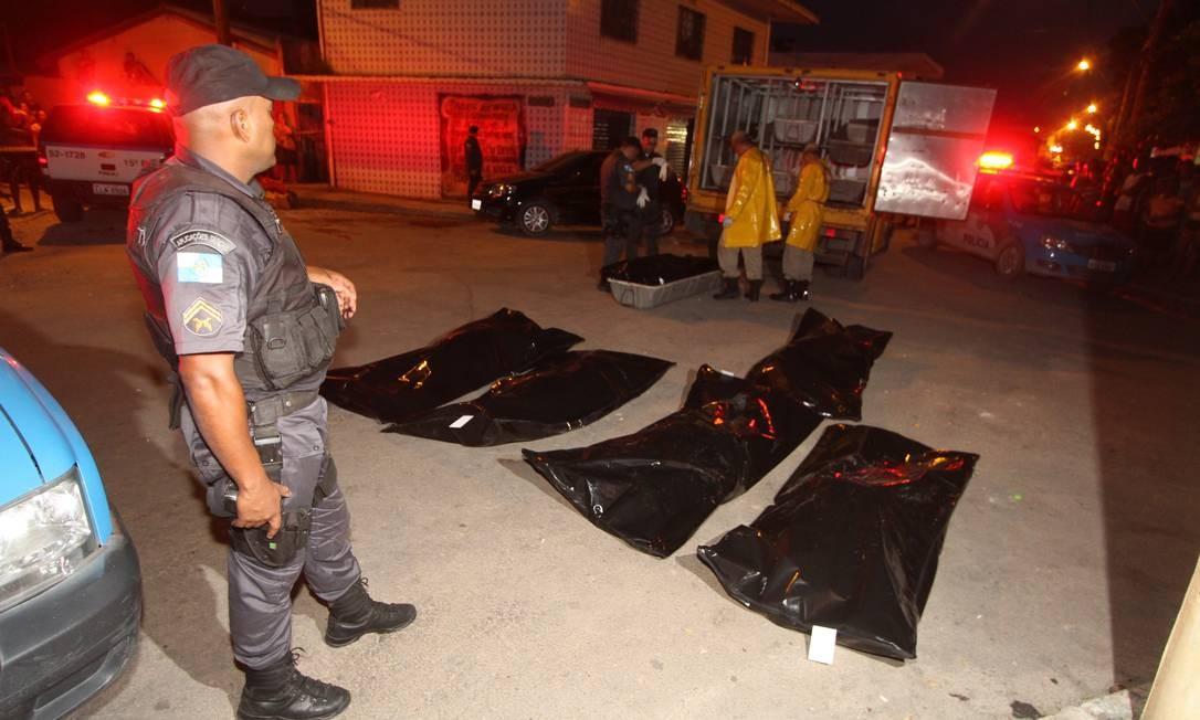 Polícia faz perícia na Favela Vai-Quem-Quer, após seis corpos serem encontrados na região Foto: Extra/O Globo / Alexandro Auler