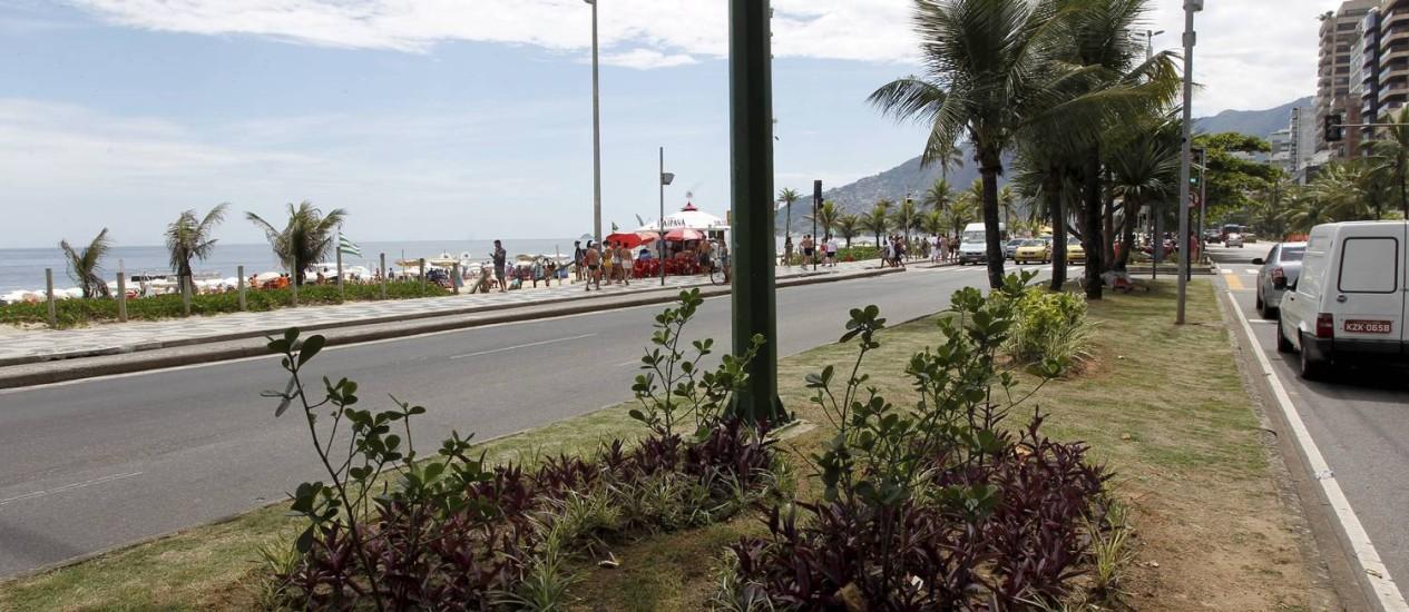 Desprotegido. Um dos canteiros da Avenida Vieira Souto que acabaram de ser recuperados Foto: Domingos Peixoto / O Globo