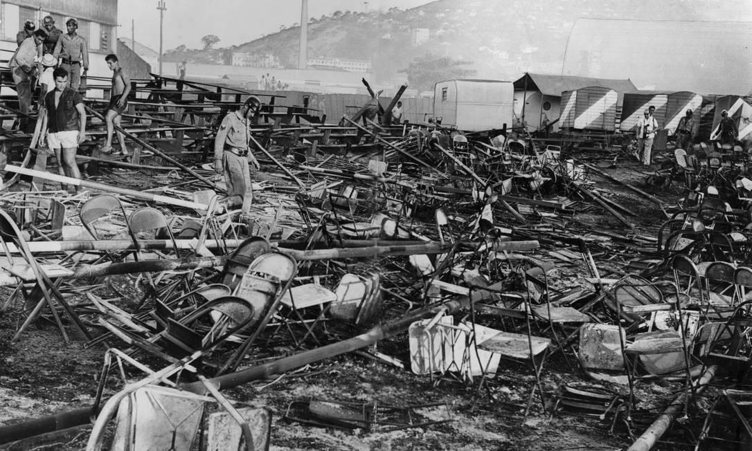 Cadeiras amontoadas e armações da cobertura tombadas após o incêndio no no Gran Circo Americano em Niterói, que deixou 503 mortos Foto: Jorge Peter / Jorge Peter/17-12-1961