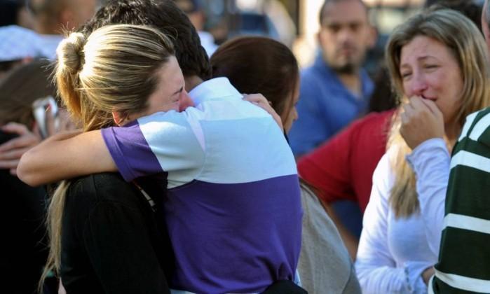 Parentes das vítimas se desesperam. Foi o segundo pior incêndio com vítimas do país Ronald Mendes / AP
