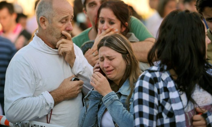 Desespero de familiares marca reconhecimentos dos corpos das vítimas, a maioria jovens Ronald Mendes / AP