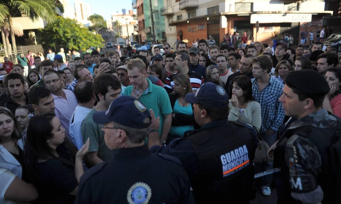 Amigos e familiares buscam informações em frente ao Hospital de Caridade de Santa Maria Jean Pimentel / Agência O Globo