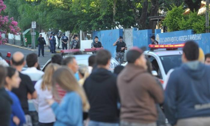 As filas para reconhecer os corpos das vítimas no Centro Desportivo Municipal de Santa Maria superavam 500 metros Ronald Mendes / Agência O Globo