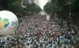 Procissão para homenagear vítimas do incêndio no RS toma Avenida Rio Branco, no Centro do Rio