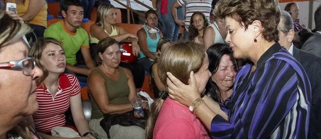 A presidente Dilma Rousseff durante visita às famílias da tragédia ocorrida em boate Foto: Roberto Stuckert Filho/Presidência da República