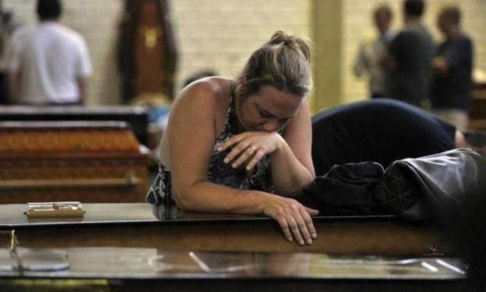 Mãe acompanha caixão do filho morto na tragédia da boate Kiss Ronald Mendes / Agencia RBS