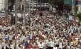 O bloco Folia em Cristo, que desfilou pelo Centro, se transformou em procissão para homenagear as vítimas da tragédia em Santa Maria, no Rio Grande do Sul