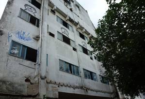 Imóvel sofre com pichações e vidros quebrados em uma das áreas mais nobres da cidade. Foto: Foto do leitor Ivan Ribeiro dos Santos / Eu-Repórter
