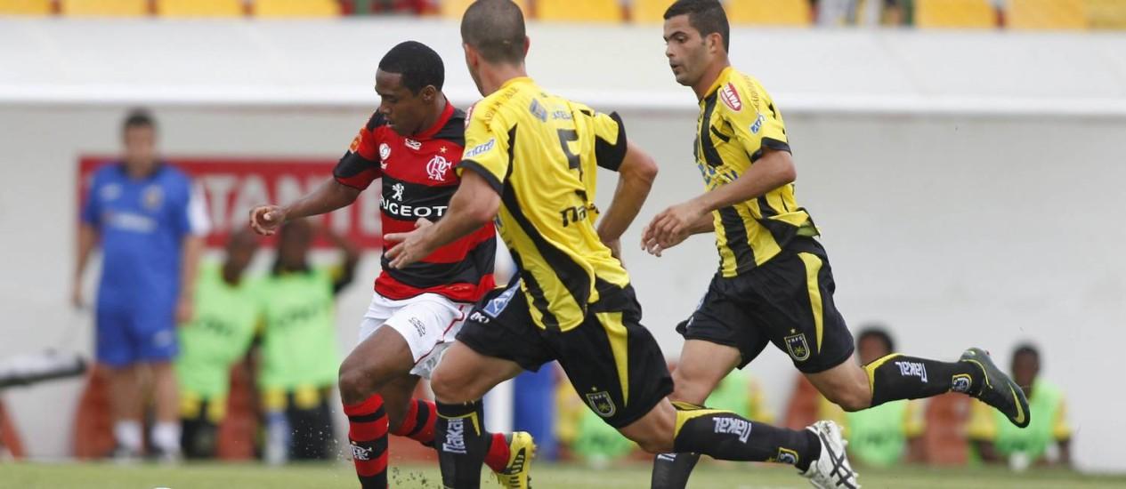 Elias fez sua estreia no Flamengo e foi aplaudido pela torcida quando deixou o gramado. Mas ele não conseguiu evitar o novo tropeço rubro-negro Foto: Urbano Erbiste / Extra