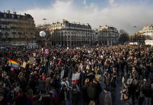 Manifestantes na Bastilha, em Paris, apoiam a legalização do casamento gay Foto: Benjamin Girette / AP