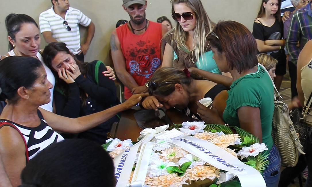 Parentes choram diante do caixão de vítima do incêndio em Santa Maria, no Rio Grande do Sul Nabor Goulart / AP