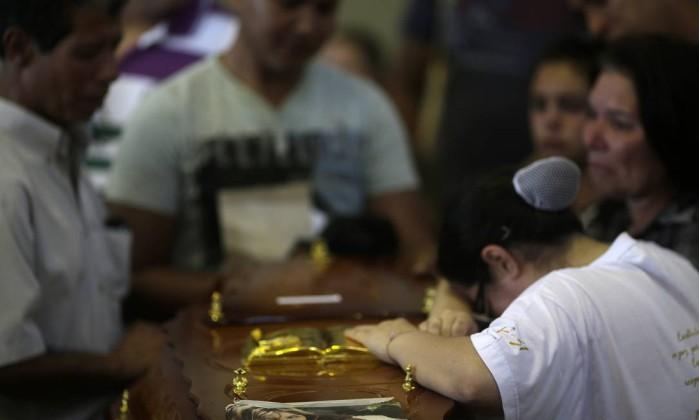Familiares acompanham enterro de vítima RICARDO MORAES / REUTERS