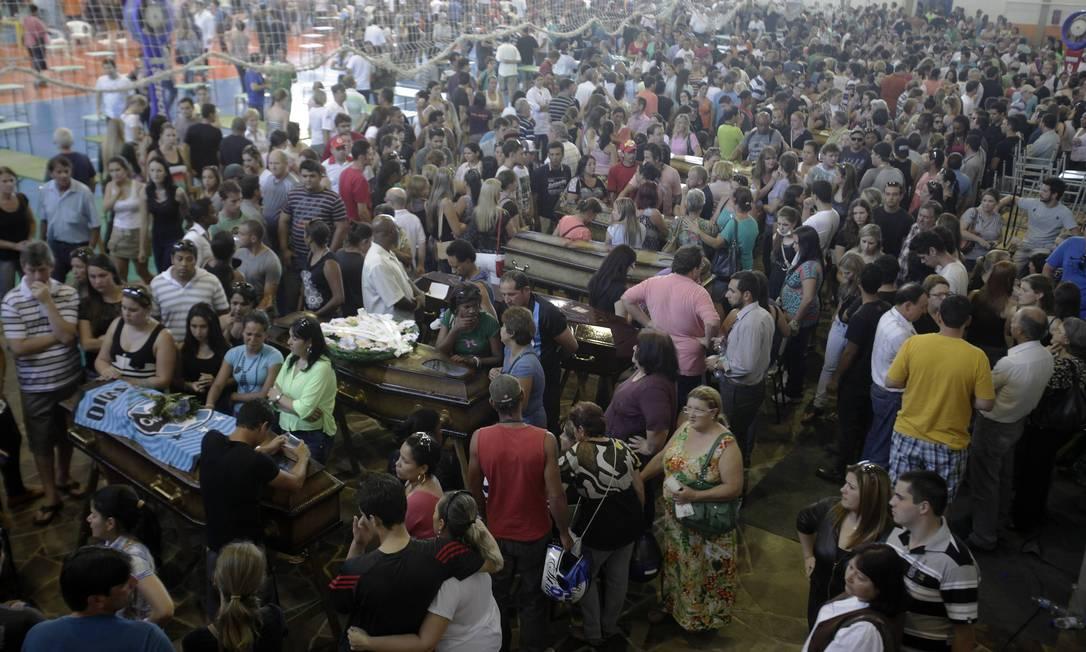 Enterro coletivo de vítimas em Santa Maria RICARDO MORAES / REUTERS