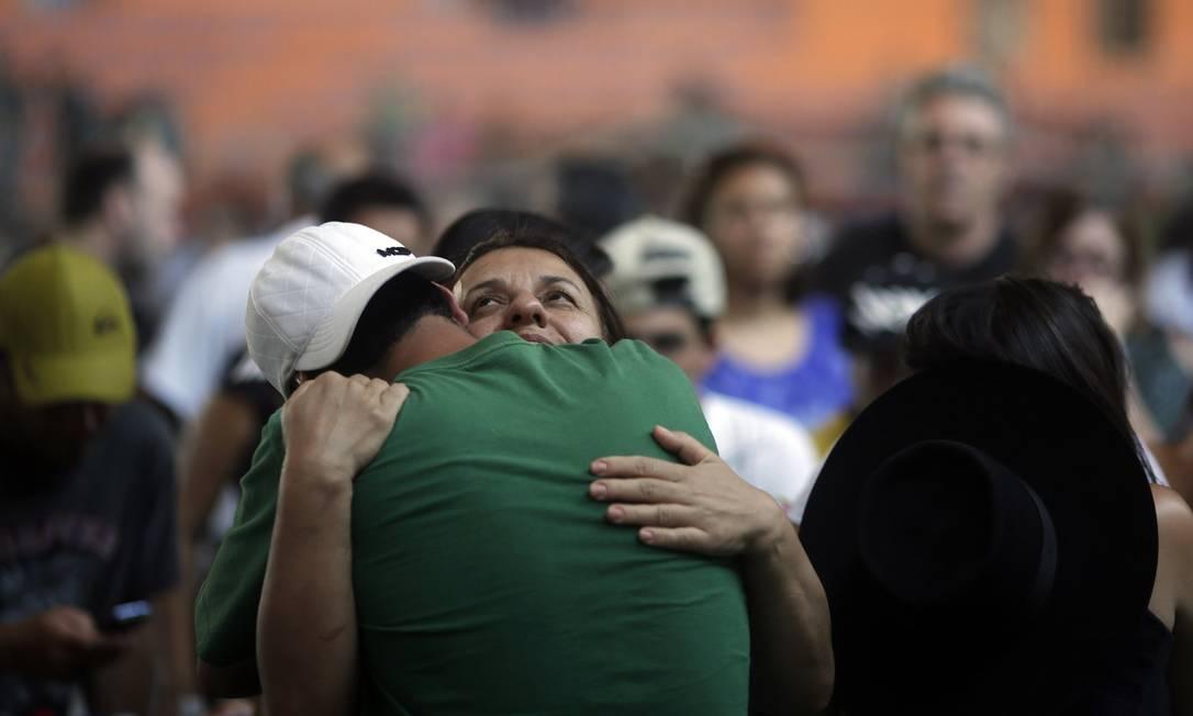 Familiares se consolam em enterro de vítimas RICARDO MORAES / REUTERS