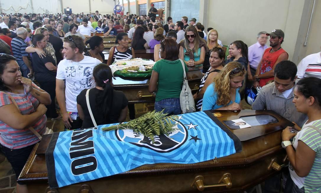Ginásio serve para enterro coletivo Nabor Goulart / AP