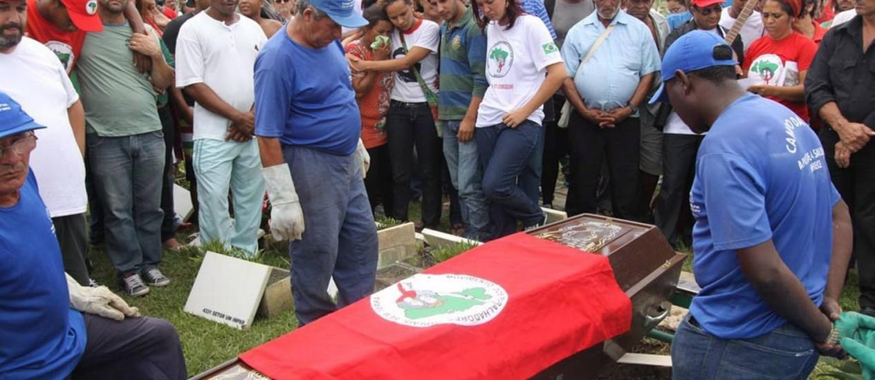 Homenagem. Integrantes do MST acompanham o sepultamento do coordenador Foto: Terceiro / Silésio Correa/Folha da Manhã