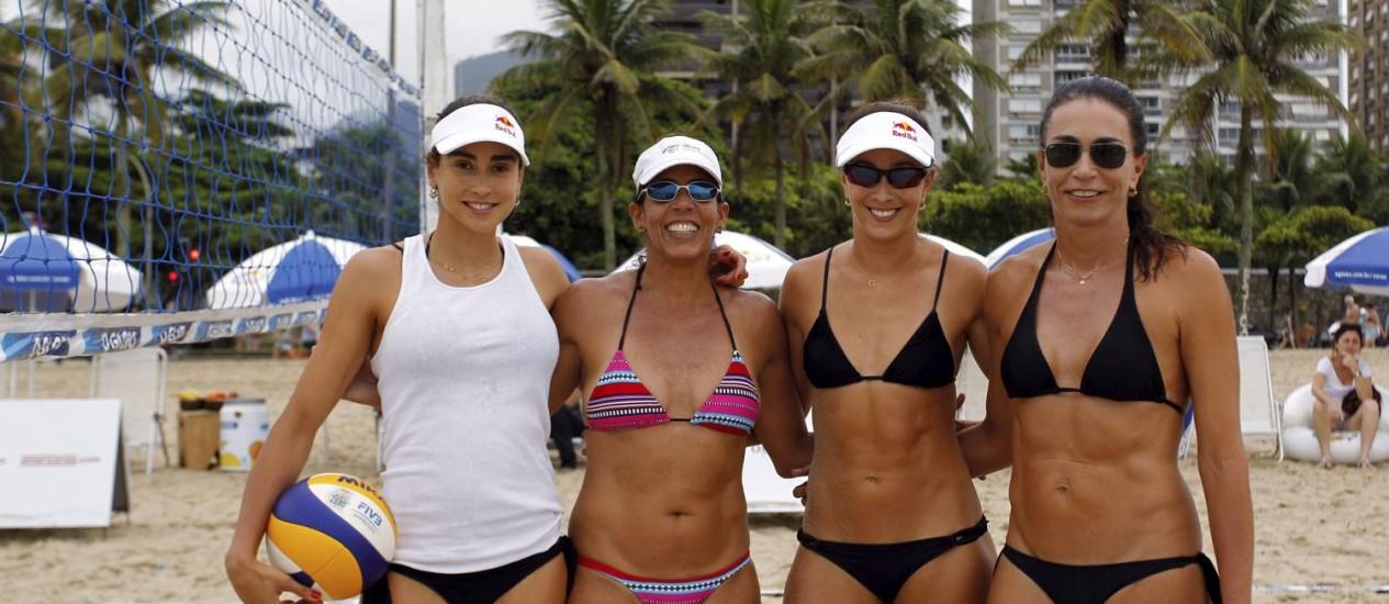 Em festa. Carol, Jackie Silva, Maria Clara e Isabel: reunidas na Praia de Ipanema para estimular a prática de esportes Foto: Gabriel de Paiva