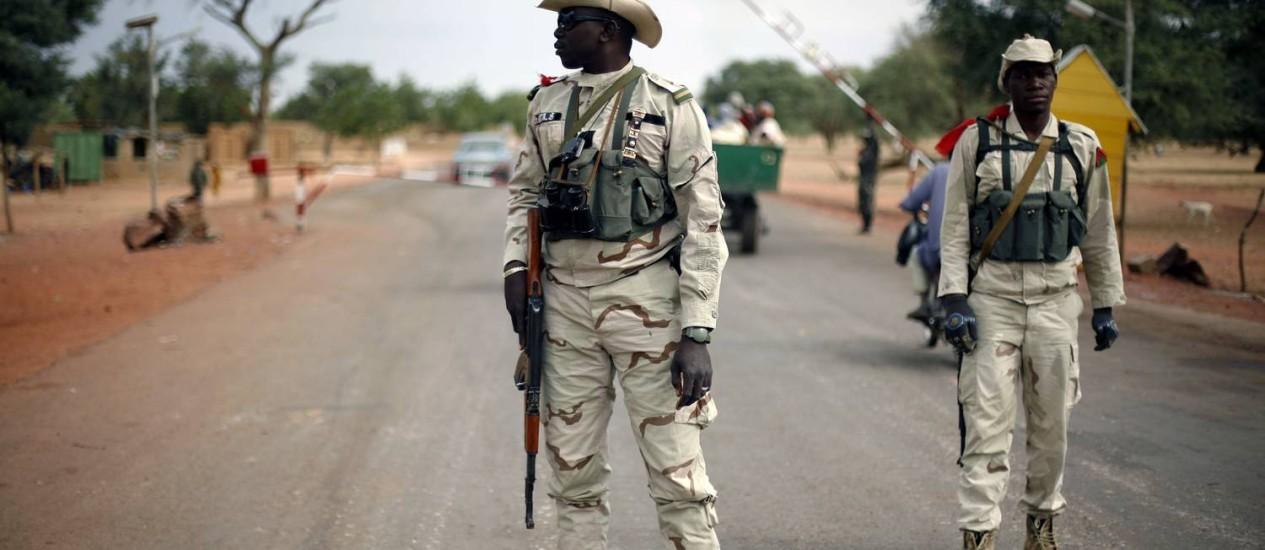 Forças do governo do Mali fiscalizam vias próximas à cidade de Timbuktu Foto: Jerome Delay / AP