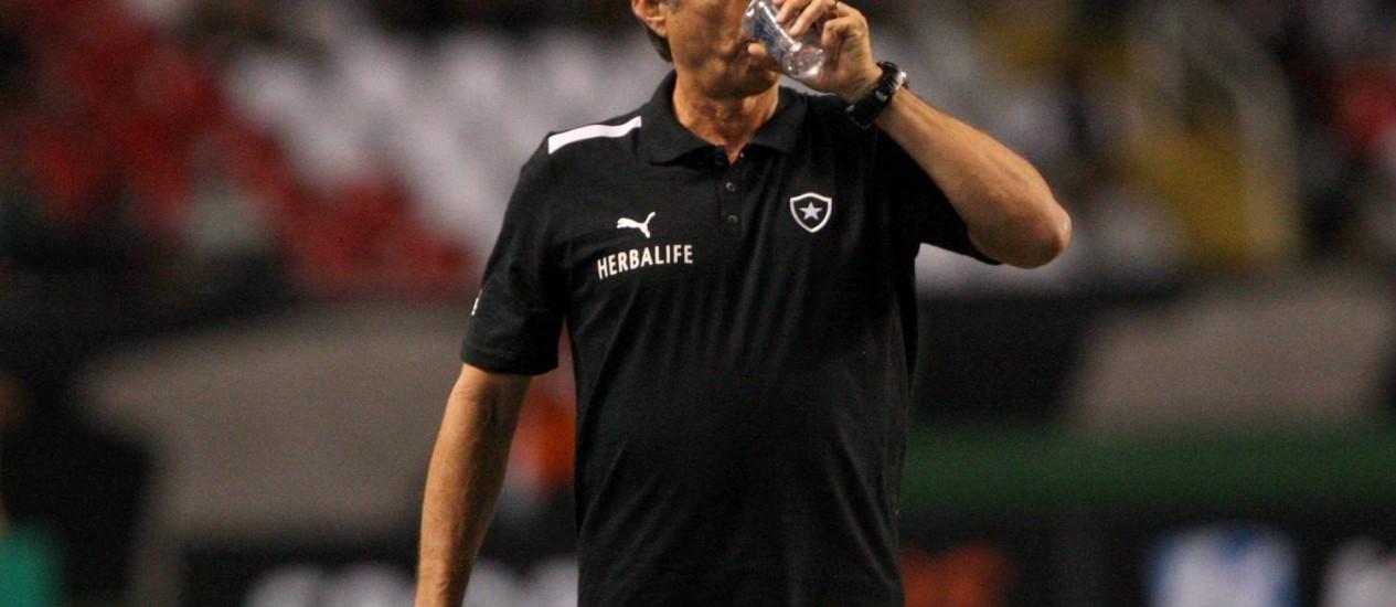 O técnico Oswaldo de Oliveira durante o clássico. Ele elogiou a atuação de Seedorf Foto: Guilherme Pinto / Extra
