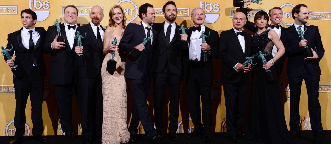 Ben Affleck, ao centro, posa com o elenco de 'Argo' no SAG Awards Foto: FREDERIC J. BROWN / AFP