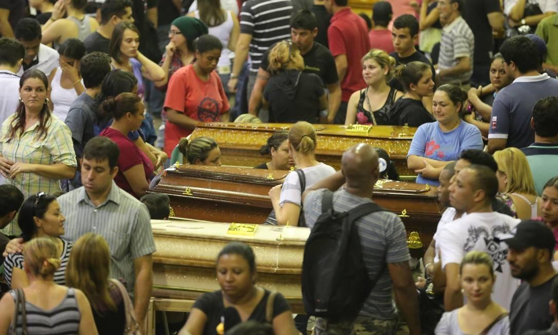 No Centro Desportivo Municipal, familiares realizaram velório coletivo de vítimas Foto: Lauro Alves / Agência RBS