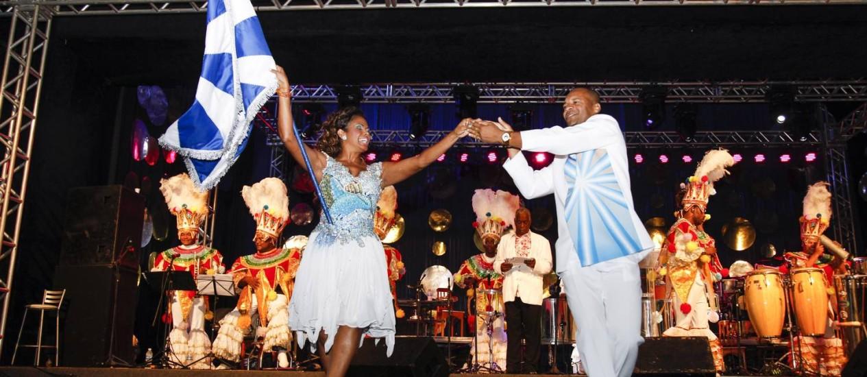 Claudinho e Selminha Sorriso se apresentam com a bandeira da Beija-Flor Foto: Daniela Dacorso / O Globo