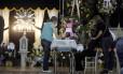 As famílias choram a morte dos jovens no incêndio da boate Kiss no velório no ginásio esportivo municipal de Santa Maria (RS)