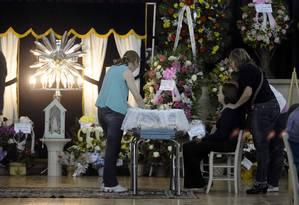 As famílias choram a morte dos jovens no incêndio da boate Kiss no velório no ginásio esportivo municipal de Santa Maria (RS) Foto: Terceiro / Agência O Globo
