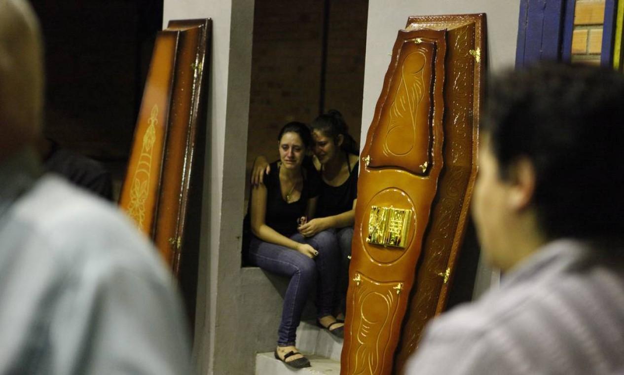 Dezenas de caixões foram colocados lado a lado, com os parentes se solidarizando com o sofrimento de amigos ou conhecidos Foto: Emerson Souza / Agência RBS