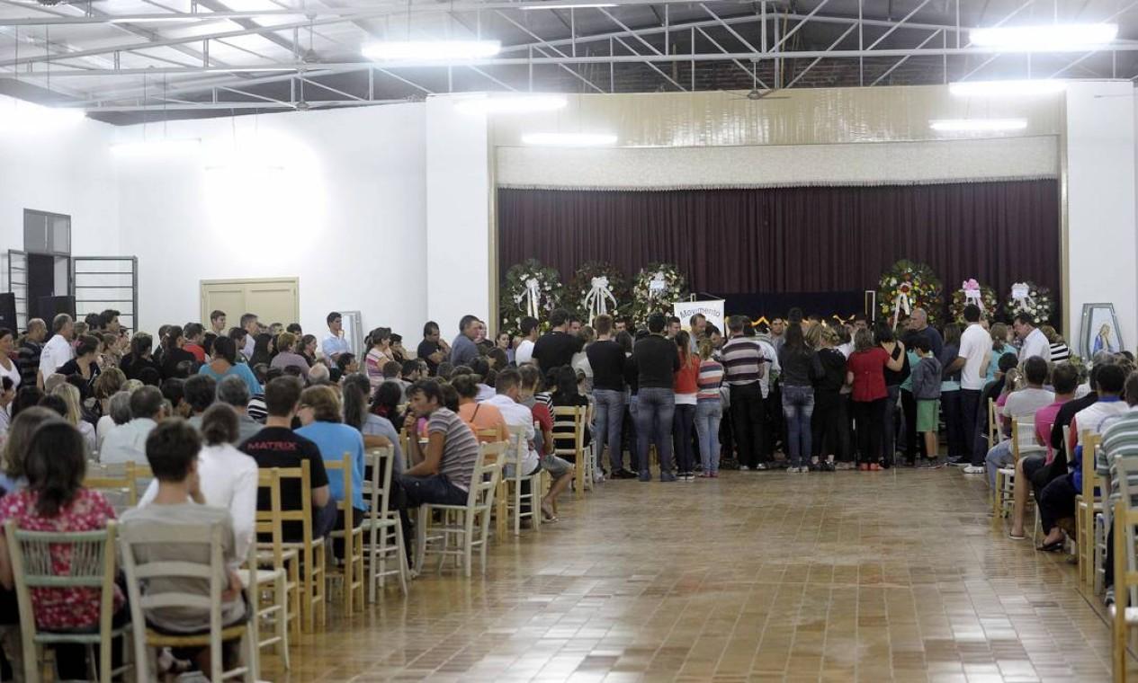 Um ato ecumênico foi realizado na manhã desta segunda-feira no ginásio para as famílias das vítimas Foto: Juan Barbosa / Agência RBS