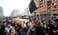 Egípcios carregam os caixões de seis pessoas mortas no domingo durante os protestos em Port Said
