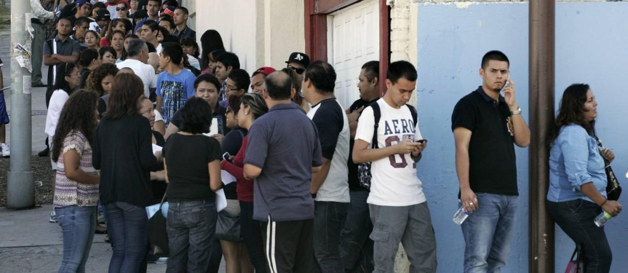 Jovens imigrantes ilegais esperam em fila para a obtenção de status temporário de permanência em Los Angeles Foto: JONATHAN ALCORN / REUTERS
