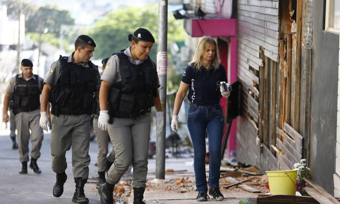 Peritos voltaram nesta segunda à boate Kiss para recolher novos materiais que possam explicar incêndio Félix Zucco / Agência RBS