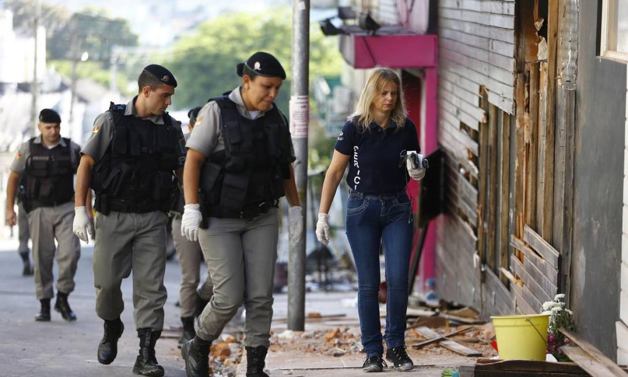Peritos voltaram nesta segunda à boate Kiss para recolher novos materiais que possam explicar incêndio Foto: Félix Zucco / Agência RBS