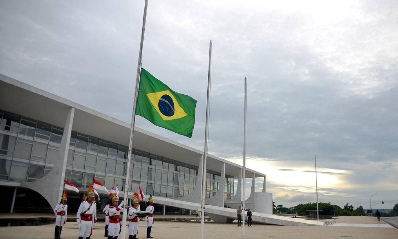 Após ser decretado luto oficial, bandeira do Palácio do Planalto é hasteada a meio mastro Foto: PEDRO LADEIRA / AFP