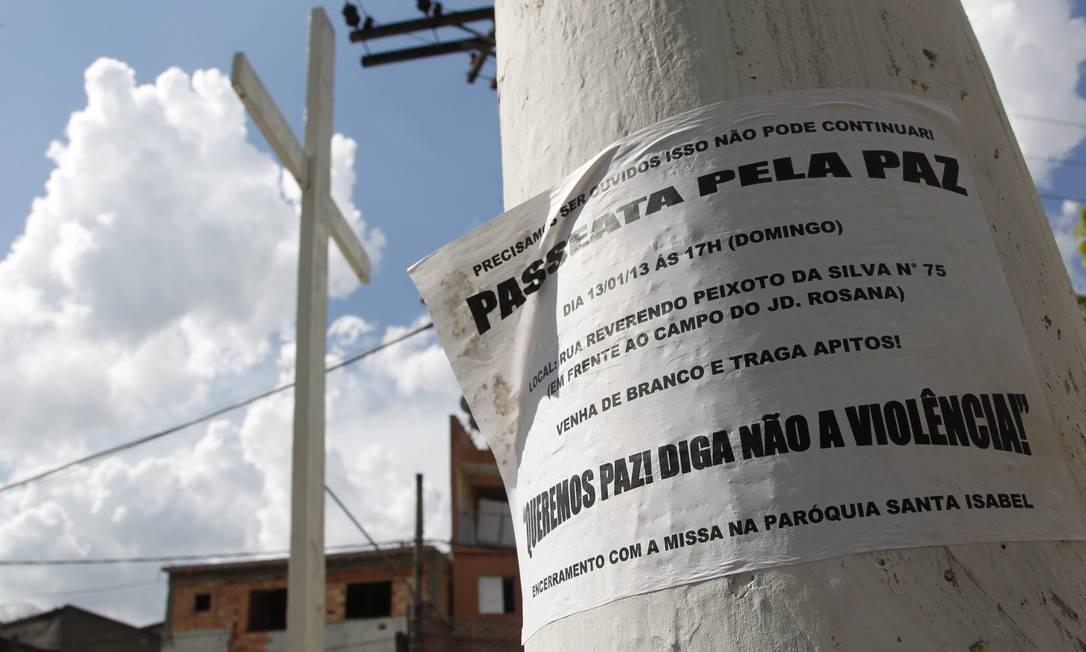 População pensou em colocar fogo em ônibus; preferiu reagir com passeata pela paz Foto: Marcos Alves/Agência O Globo