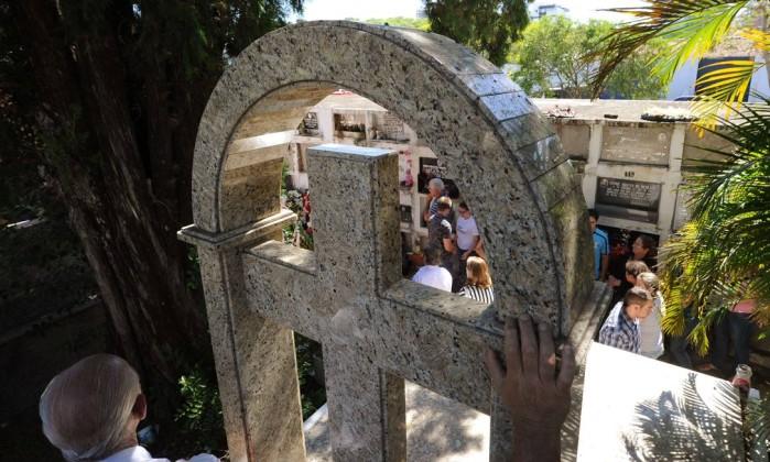 Parentes de Juan Calegaro, uma das vítimas do incêndio de Santa Maria, acompanham enterro de jovem ANTONIO SCORZA / AFP