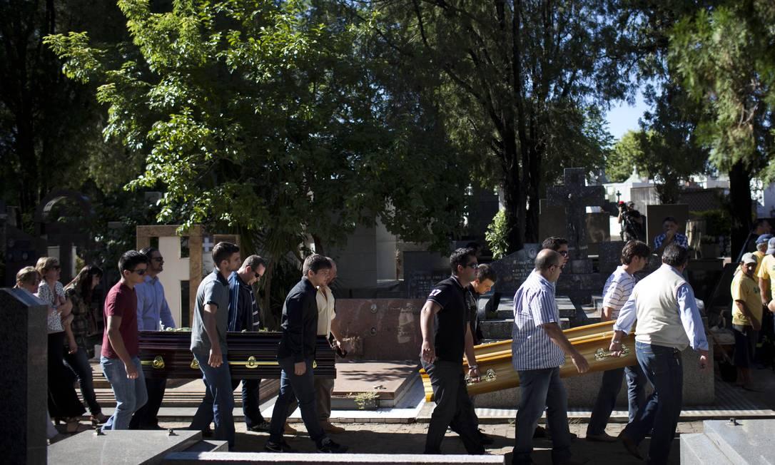 Familiares dos irmãos Pedro Salla e Marcelo Salla, mortos no incêndio da boate Kiss, acompanham enterro de jovens Felipe Dana / AP