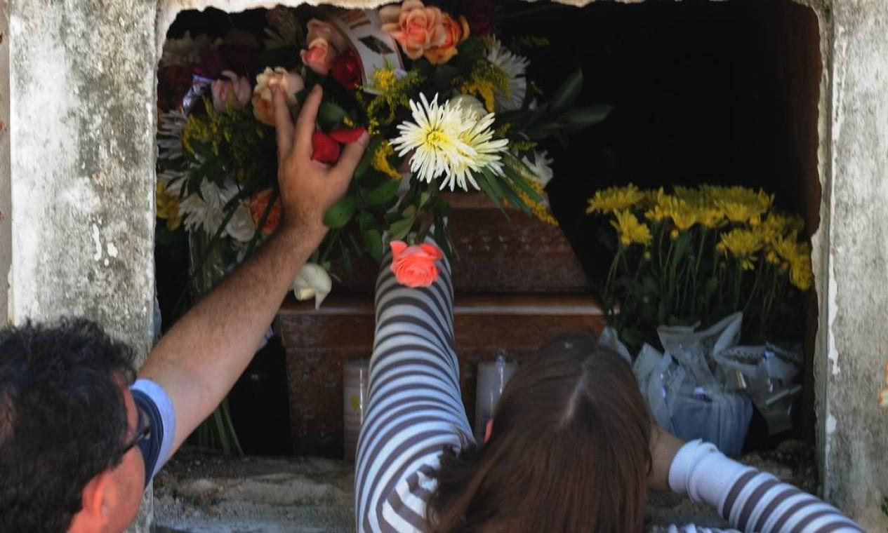 Caixão de jovem é depositado em cova. Últimas homenagens Foto: ANTONIO SCORZA / AFP